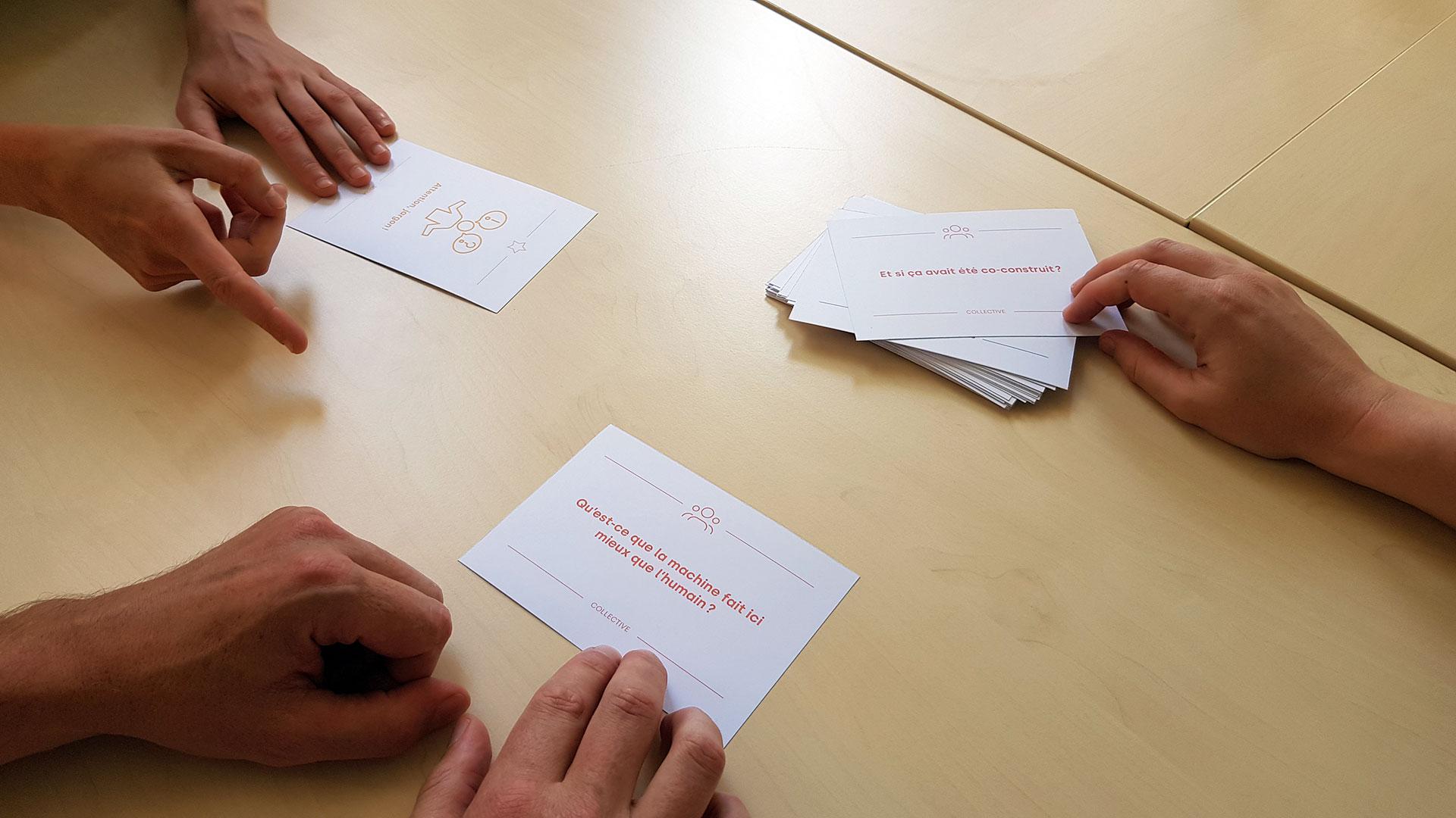 Des joueuses et joueurs utilisant les cartes de l'Algora
